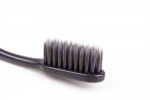 Brossage des dents au charbon